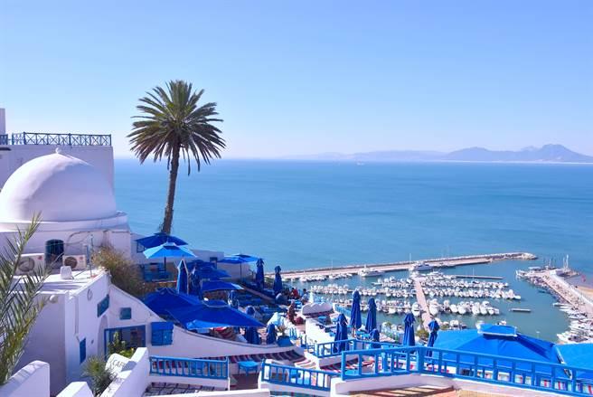 說到非洲,你會想到什麼?黃沙滾滾的撒哈拉沙漠,還是一望無際的非洲大平原?突尼西亞的多變可是超出想像,她有美麗的藍白小鎮聖布薩德,讓人彷若置身於希臘。(圖/shutterstock)