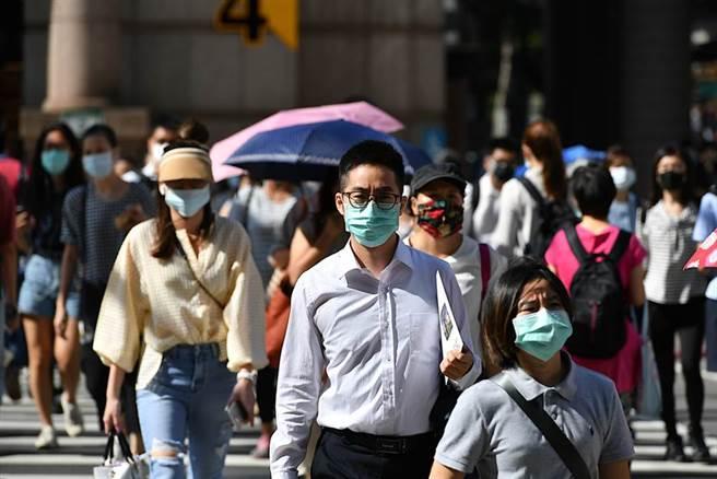 中央流行疫情指揮中心18日公布防疫秋冬專案,最容易爆發群聚感染的「學校」和「補習班」卻未納入強制戴口罩,引起醫師關注。此為示意圖。(達志影像/Shutterstock)
