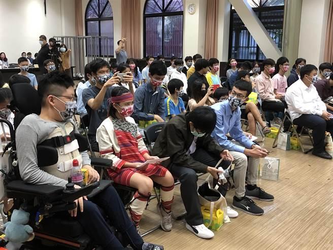 這場活動邀請中央、地方以及身障團體共約49位兒少代表,與7位人權委員以「世界咖啡桌」的形式進行對話交流。(趙婉淳攝)