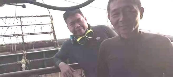 國海院研究助理塗建銘(左)及同行人員被救上岸。(國海院提供/柯宗緯高雄傳真)