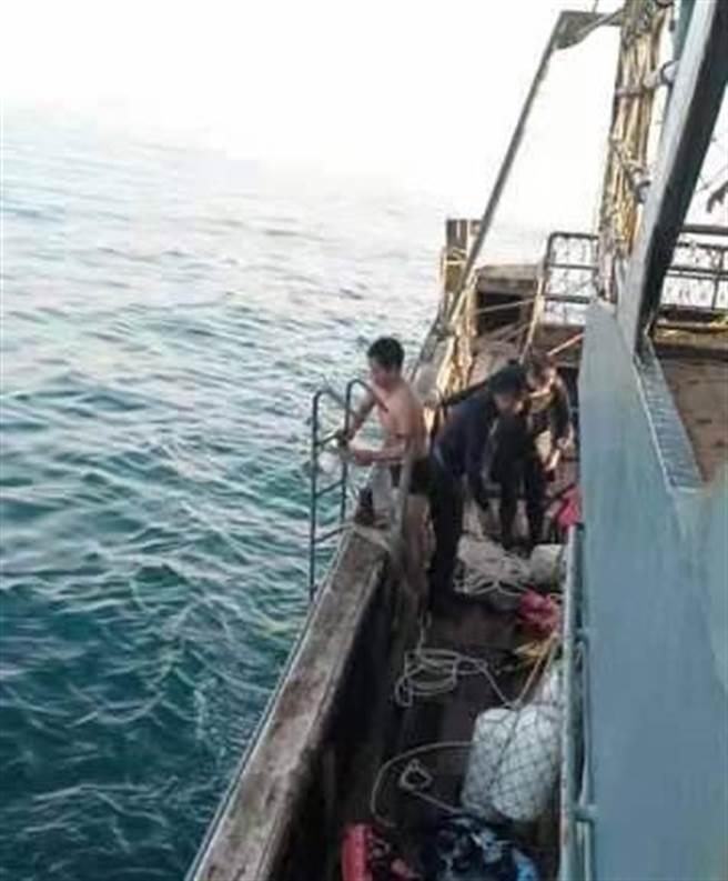 國海院潛水作業4人漂走被陸船救起(海洋委員會與海巡署提供)