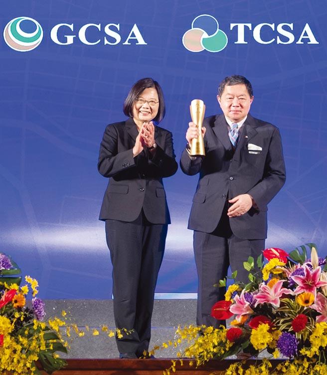 遠東新世紀董事長徐旭東(右)從總統蔡英文手中,接下「台灣企業永續獎」各項大獎。圖/遠東新世紀提供