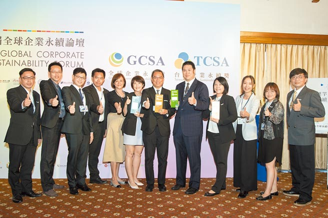 台泥總經理李鐘培(圖左七)與同仁一起出席今年TCSA台灣企業永續獎頒獎典禮受獎。圖/台泥提供
