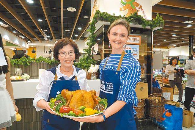 美國在台協會農業貿易辦事處總監Emily Scott(右)邀請美食烹飪專家林美慧老師(左)示範傳統美國全火雞與配菜的食譜做法。圖/業者提供