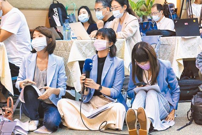NCC記者會上,中天新聞台也派出記者到場採訪,努力奮戰精神令人印象深刻。(陳信翰攝)