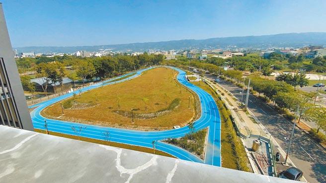 彰南國民運動中心的景觀PU跑道,結合戶外公園景觀,路徑並穿越運動中心1樓川廊,帶給民眾不同的慢跑體驗。(謝瓊雲攝)
