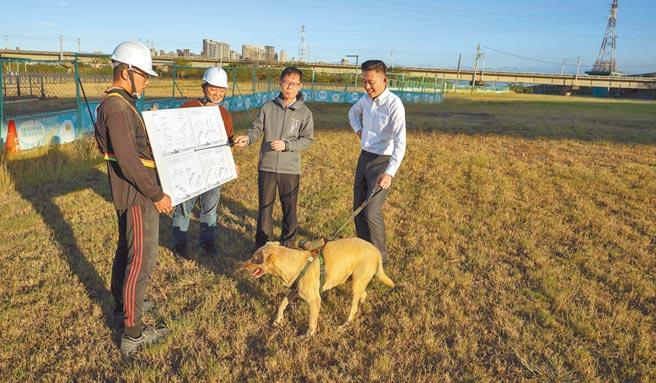 新竹市長林智堅(右)18日帶著市犬棕棕查看占地1.16公頃的狗狗祕境。(陳育賢攝)