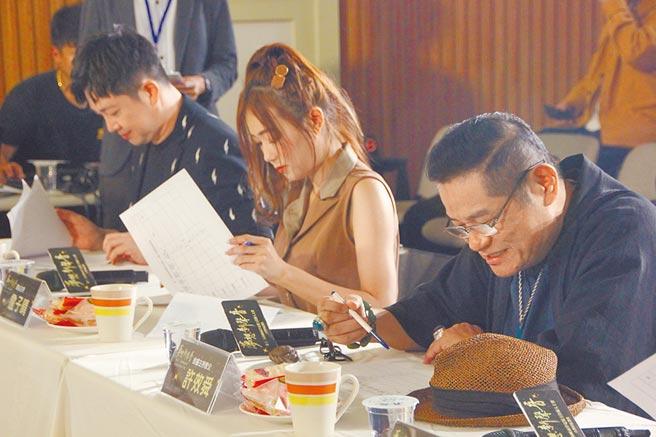 今年評審李明川(左)、詹子晴「ㄚ頭」(中)、許效舜(右)認真為參賽者評比。(記者林至柔攝)