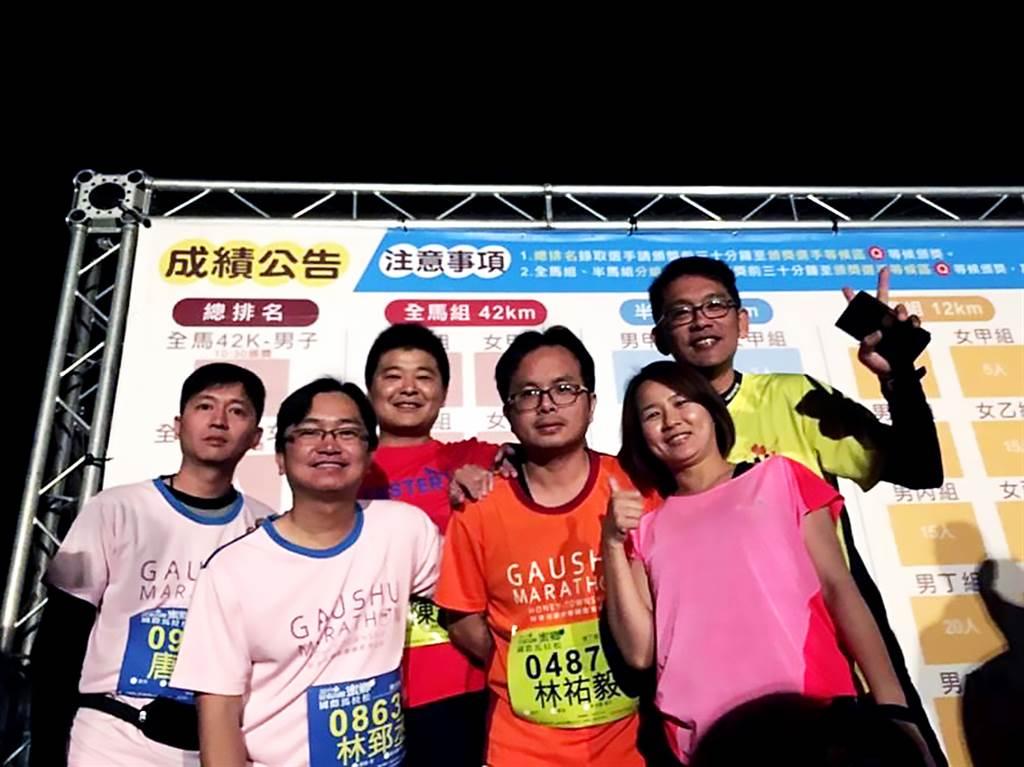 期許讓每位成員都賺到錢的林郅丞店東(圖左前排一),經常號召同仁一起參加路跑,維持運動習慣。(圖/台慶不動產提供)