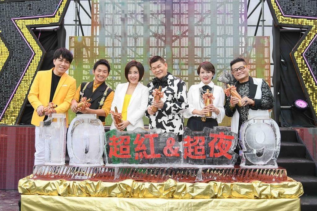 许志豪(左起)、蔡昌宪、于美人、澎恰恰、苗可丽、许效舜现身桃园护国宫。(三立提供)