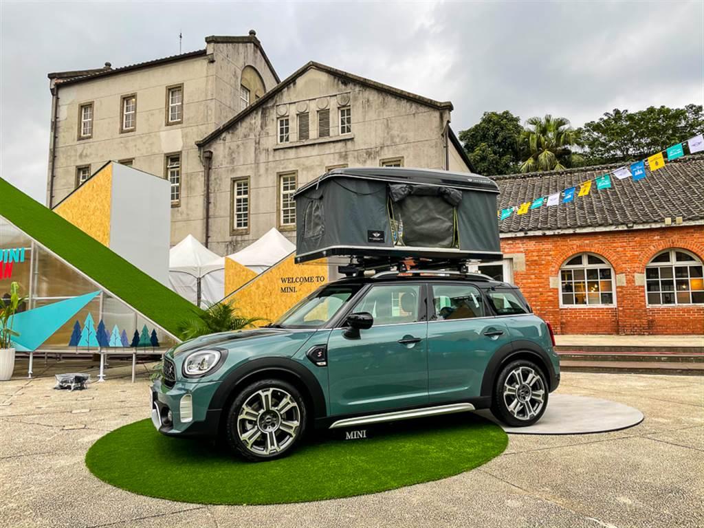 採用專屬新色Sage Green的MINI Cooper S Countryman,更加裝原廠設計的車頂帳,升起後就化身為可容納兩人的小型露營車。