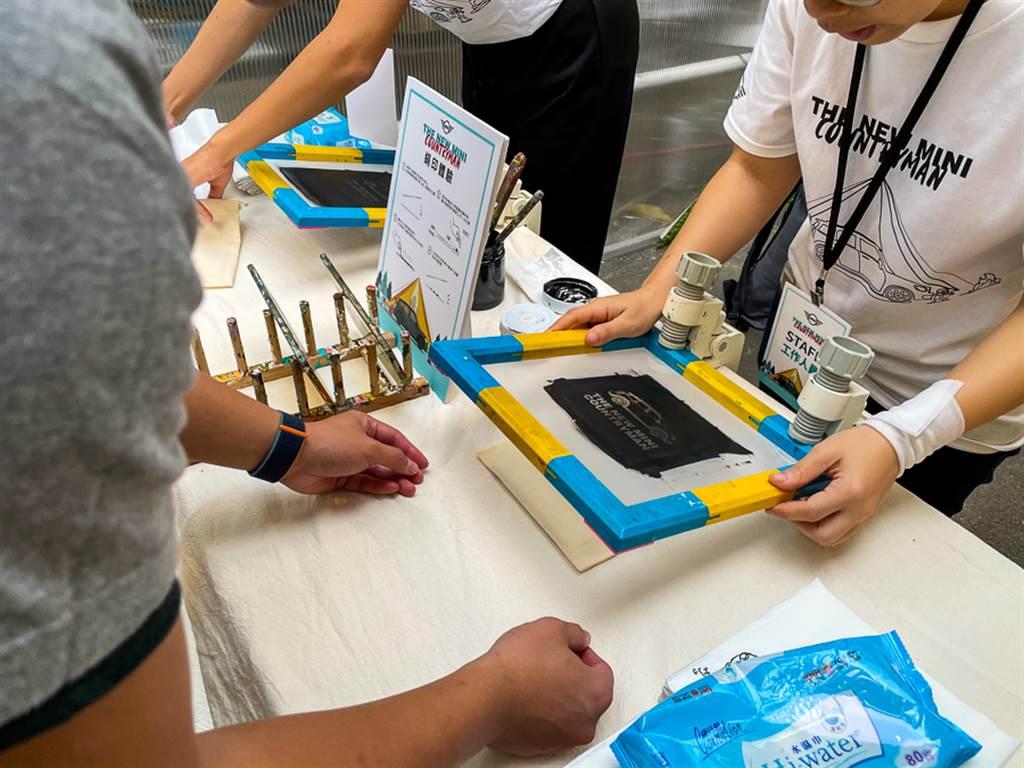 手作絹印體驗,讓民眾自行發揮,創作專屬的MINI帆布袋。