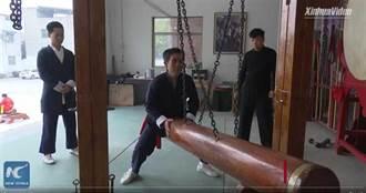 超狂「下體鐵襠功」百斤木樁狂撞 65歲翁毫髮無傷