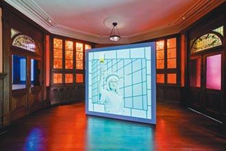 Prada榮宅《橡膠鉛筆惡魔》 建築美學藝術表演相融合