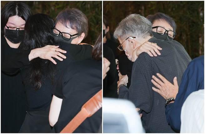楊惠姍與前來悼念的親友及李行(右圖)擁抱致意。(圖/吳松翰攝影)