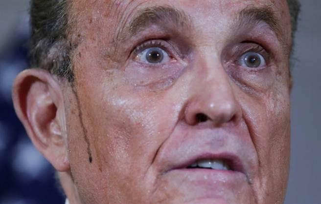 雖然朱利安尼在記者會上激動指控有大量舞弊證據,但媒體的目光全聚焦在他臉龐兩道黑汗痕。(美聯社)