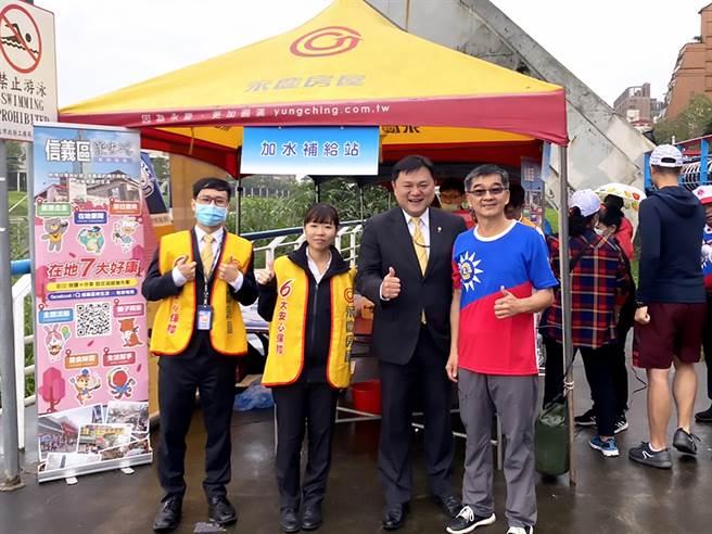 「运动里长」黄聪智(图右一)和永庆房屋团队合作,鼓励里民们健康动滋动!(图/永庆房屋提供)