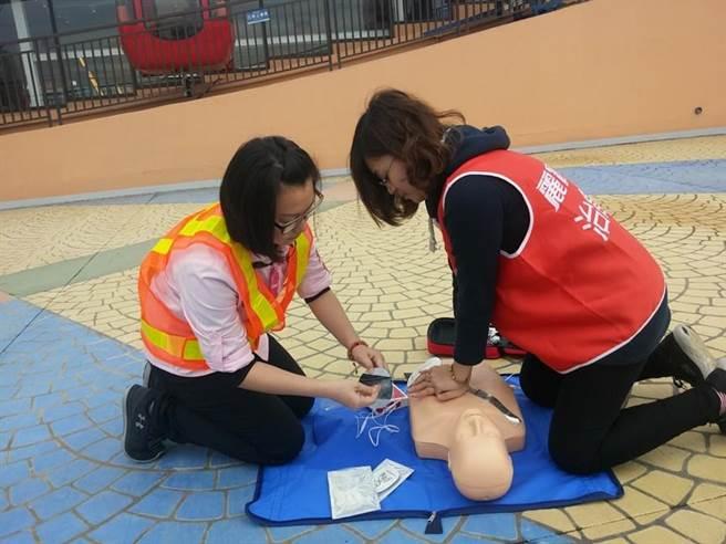 醫護指導觀光遊樂業從業人員操作AED,提昇突發狀況時緊急應變能力。(台中市觀旅局提供/王文吉台中傳真)
