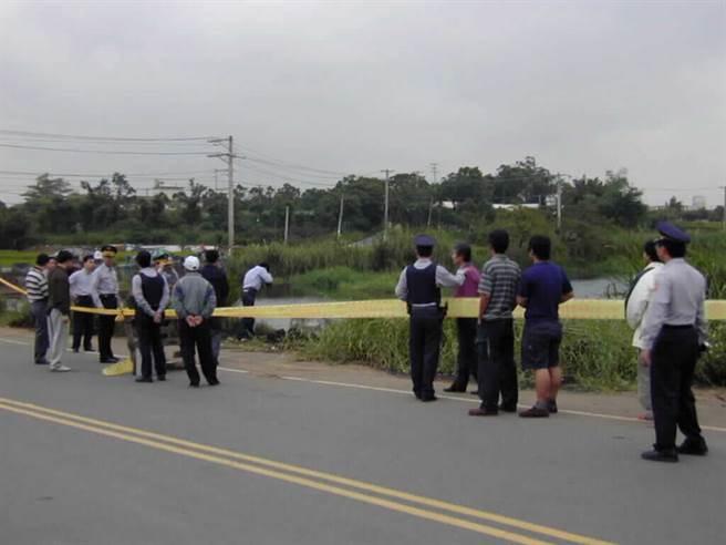 楊梅警方在幼獅路圓墩坡池塘的命案現場,拉起警戒線。(圖/資料照)