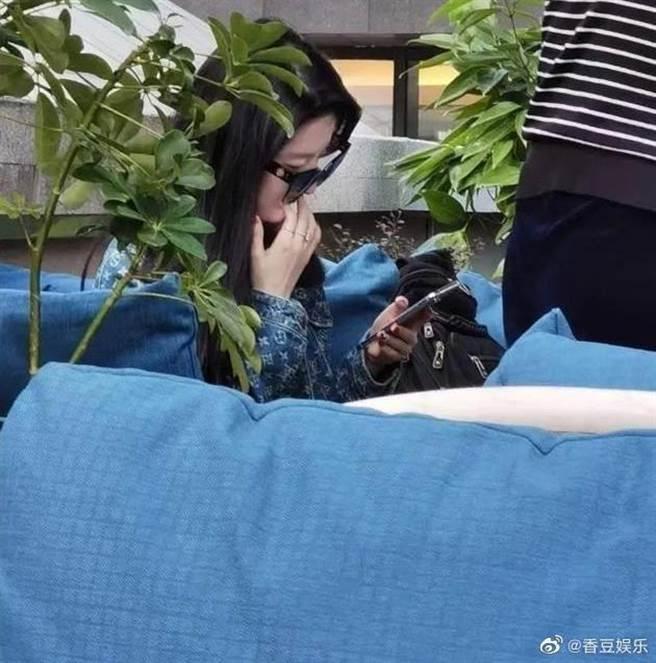 網友在上海捕獲野生劉亦菲。(圖/翻攝自微博)
