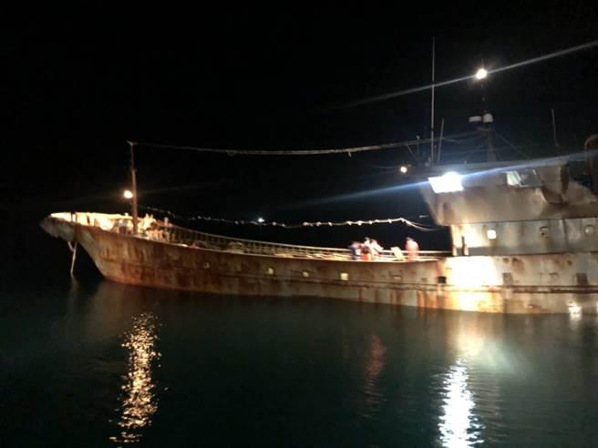 偽裝成漁船的無名油料船越界入侵,遭新竹海巡隊扣案查處。(新竹海巡隊提供/邱立雅竹市傳真)