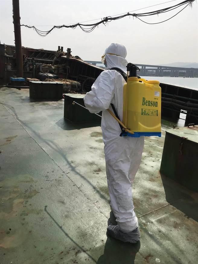 因改裝油料船上裝載豬肉,為防疫已進行人船消毒作業。(新竹海巡隊提供/邱立雅竹市傳真)