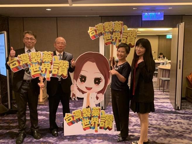 台湾制药公会理事长苏东茂(左二)讚扬本土学名药技术。图/业者提供
