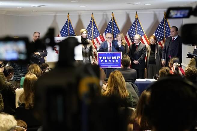 美國總統川普的私人律師朱利安尼,19日大陣仗召開記者會。(美聯社)