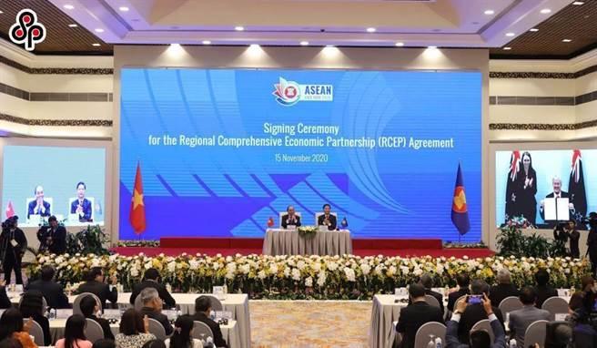 台灣沒能加入RCEP,經濟恐被邊緣化。圖為15日在越南河內,15個《區域全面經濟夥伴協定》成員國正式簽署協定。(新華社)