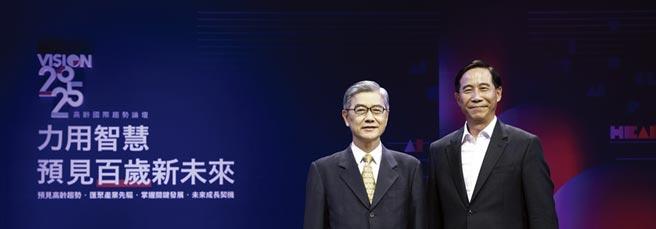 台灣人壽總經理莊中慶與金管會主委黃天牧(圖左)合影。圖/台灣人壽提供