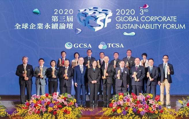 大會主席簡又新大使(前排左五)、蔡英文總統(前排中)與獲獎企業受獎代表共享得獎榮耀。圖/主辦單位提供