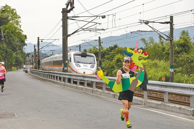 新北市鐵道馬拉松變裝組由跑友自製跑衣,百變的造型成為賽道上最吸睛的主角,觀光局宣布,從4月延期至今的賽事將在12月復辦。(新北市觀光局提供/許哲瑗新北傳真)
