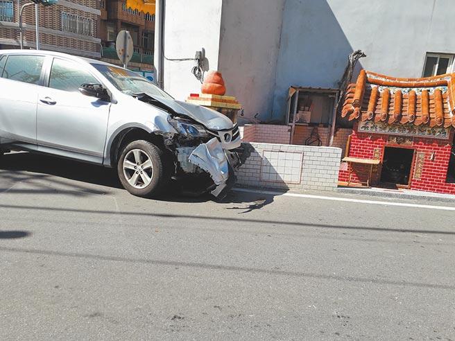 柯男19日酒後駕駛銀色休旅車先追撞白色自小客車後肇事逃逸,再撞路旁土地公廟水泥金爐受傷被逮。(民眾提供/巫靜婷苗栗傳真)