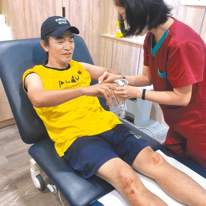 吳宗憲日前錄影《綜藝玩很大》意外摔傷。(摘自臉書)