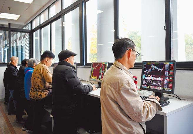 股民在四川省成都市一證券營業部大廳關注股票行情。(中新社資料照片)