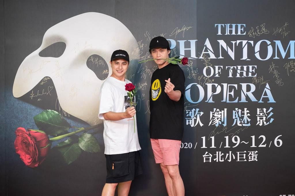 曾子余(左)、黄镫辉20日观赏《歌剧魅影》。(宽宏艺术提供)