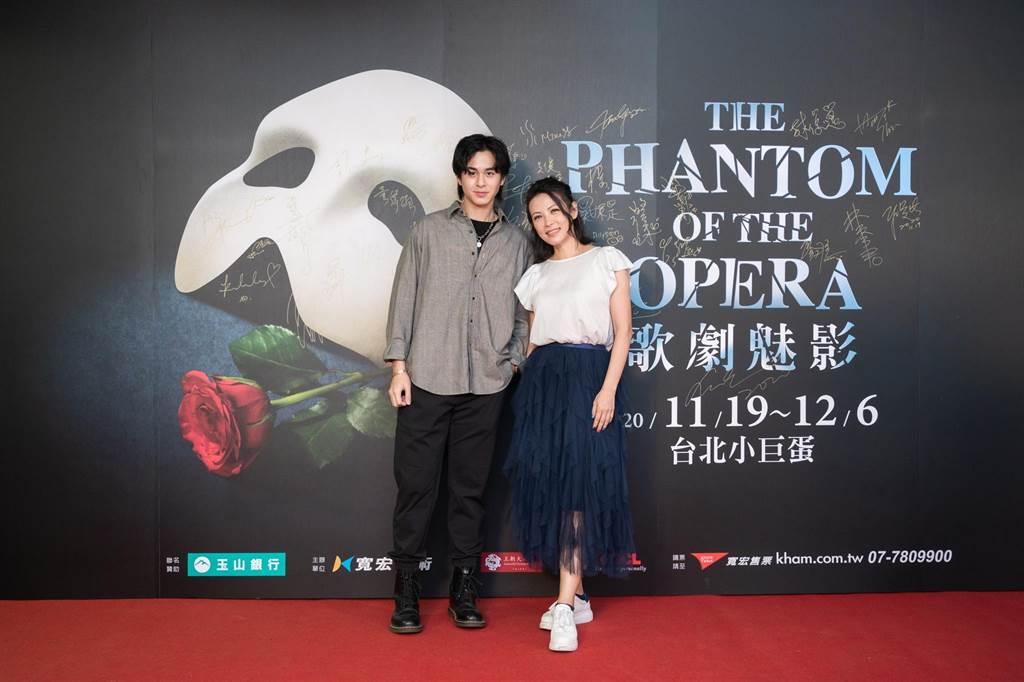 陈孝萱(右)20日观赏《歌剧魅影》。(宽宏艺术提供)