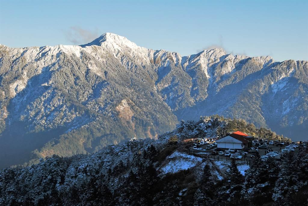 奇萊山是台灣登山客嚮往的百岳之一,日前傳出有3名年輕男子登頂後露鳥拍照,引起網友批評。(達志影像/shutterstock)