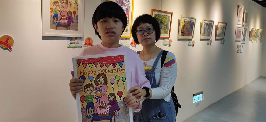 今年的比賽主題為「最幸福的節日」,洺宜因而想要以母親節為主題創作,花了3個多月的時間才完成畫作。(林良齊攝)