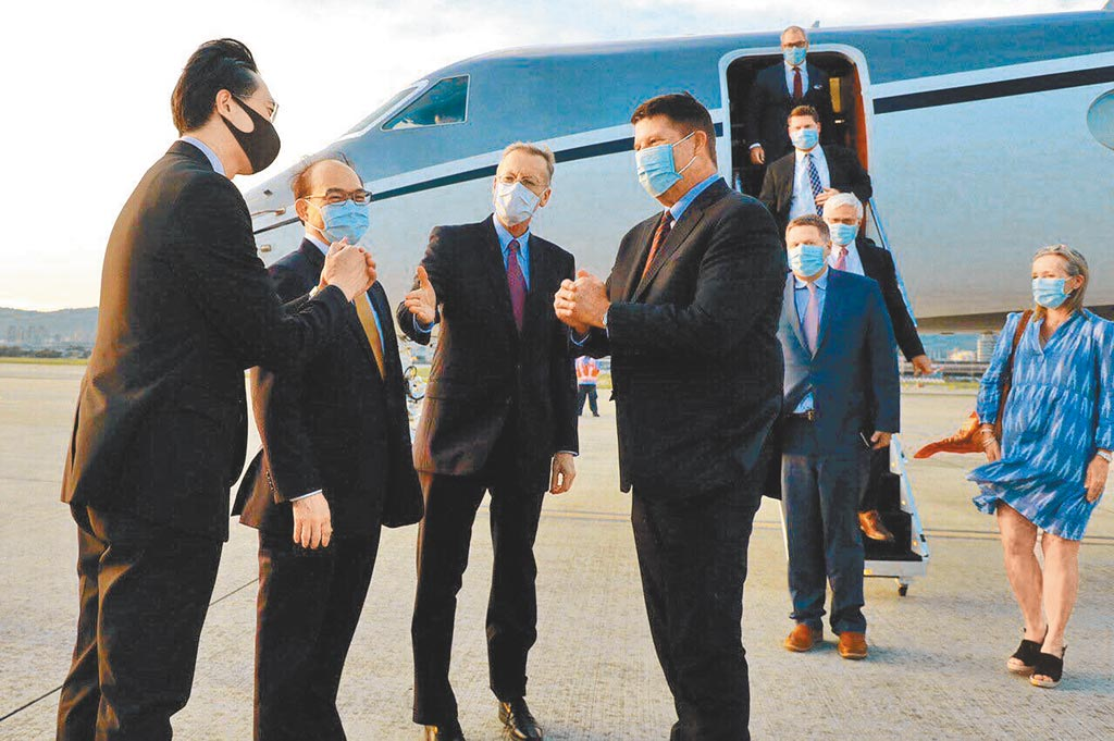 今年9月17日,美國國務次卿柯拉克(中)搭乘專機降落台北松山機場,下機後與前往接機的美台官員拱手致意。最近4個月,3名美國聯邦政府官員陸續來台訪問,受到各方矚目。(外交部提供)