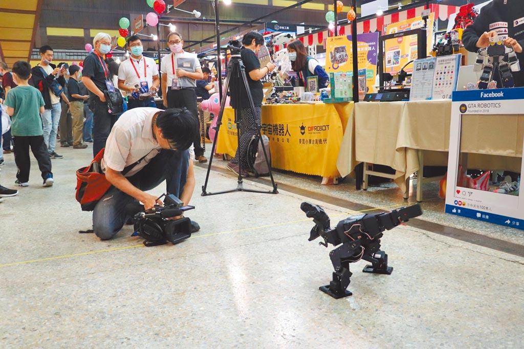 台大學生辜冠霖對機器人情有獨鍾,一手設計的暴龍機器人,是他做出來最有挑戰性的作品。(辜冠霖提供/李侑珊台北傳真)