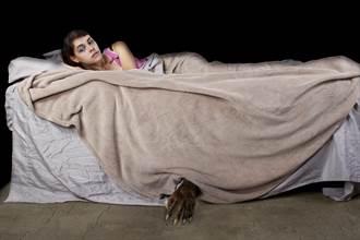 小女孩說床底有「毛茸茸怪物」爸媽不信 半夜「牠」出現嚇瘋全家