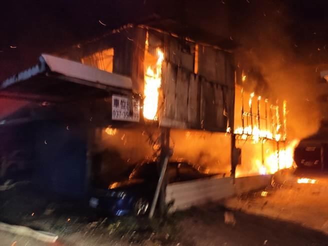 苗栗市中正路1間鐵皮屋20日晚間10時許傳出火警,火勢猛烈吞噬整棟建築。(苗栗縣消防局提供/巫靜婷苗栗傳真)