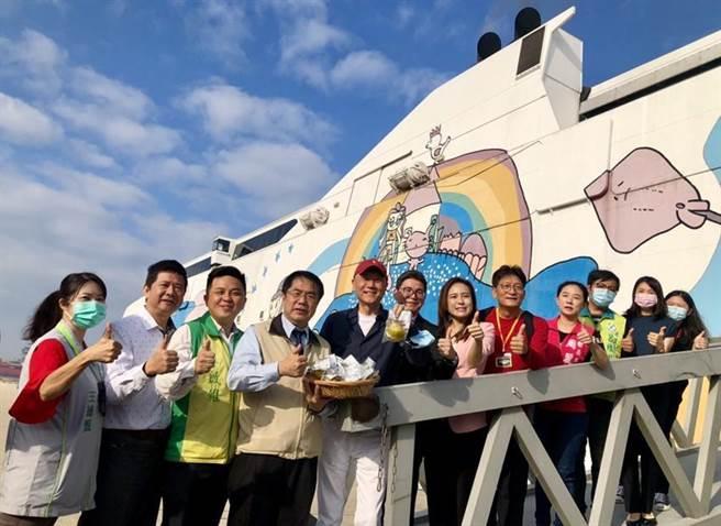 左四起台南市長黃偉哲、雄獅旅遊集團董事長王文傑、東聯航運總經理洪郁航在「麗娜輪」上與貴賓合影。圖/雄獅提供