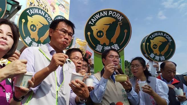 台南肉燥飯節21日登場,農委會主委(左二)大啖肉燥飯,呼籲消費者都購買國產豬,做好標示就不怕吃到美豬。(莊曜聰攝)