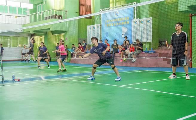 新竹科技產業服務協會「2020理事盃羽球錦標賽」,竹東鎮立羽球館開打。(羅浚濱攝)