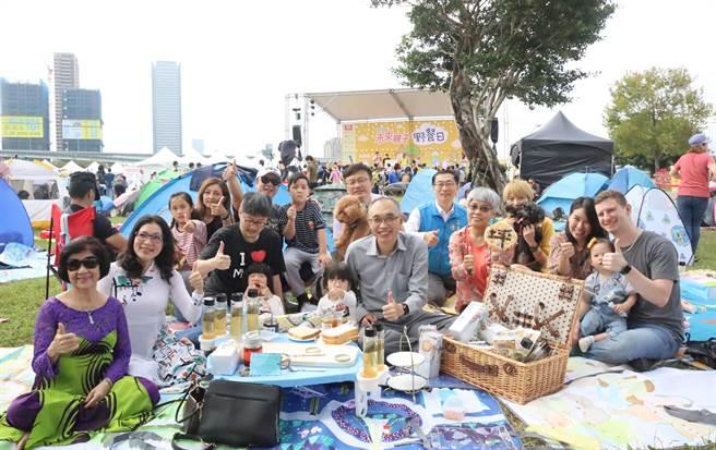 謝政達副市長也跟多元類型家庭代表坐在草坪上共同野餐。(李俊淇攝)