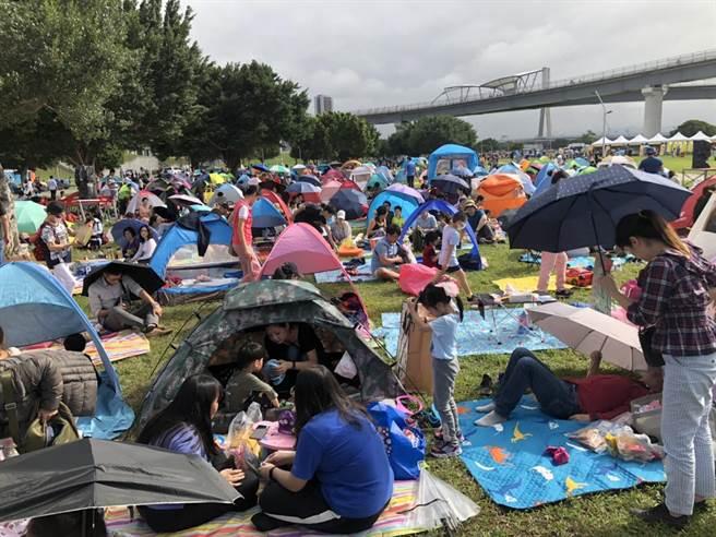 活動現場吸引超過6000人參與,但由於天氣炎熱,民眾大多自備帳棚或躲在樹蔭下野餐。(李俊淇攝)
