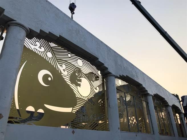 台南市河樂廣場的舊魚市場,在2018年由南市府宣布保留後,至今日已悄悄由設計安平「大魚的祝福」的藝術團隊操刀,化身華麗外牆,預計12月正式亮相。(台南市政府觀旅局提供/李宜杰台南傳真)