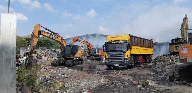草屯鎮垃圾堆置場持續悶燒,焚化爐調度爭議再起。(南投縣消防局提供/廖志晃南投傳真)